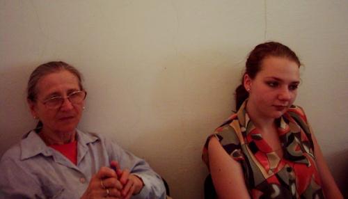 Cristina Alexandrescu din Petroşani alături de profesoara Ana Tutuianu la Şcoala de vară de la Sighet în 2004