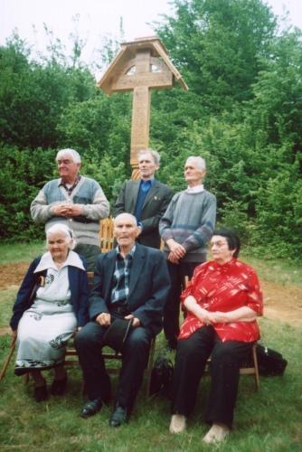 Membrii supravietuitori ai grupului de rezistenta din Muntii Tiblesului, Aristina Pop, Ioan Mat, Vasile Chindris si Vasile Tivadar, alături de fratele şi sora Aristinei Pop