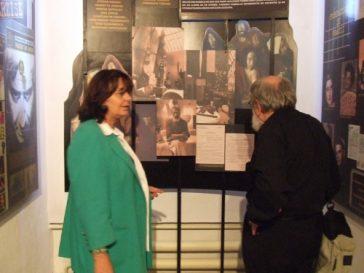 Ana Blandiana şi Lucian Pintilie la deschiderea sălii Represiunea împotriva culturii. Artişti în închisori