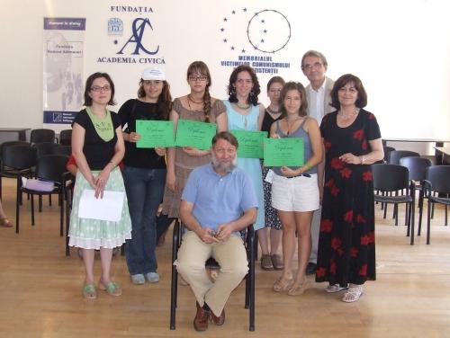 Premianţii Şcolii de Vară alături de Stephane Courtois, rectorul Şcolii şi conducerea Fundaţiei Academia Civică (Ana Blandiana, Ioana Boca, Romulus Rusan)