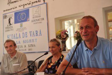 Helmut Muller-Enbergs  în timpul unei conferințe la Școala de Vară de la Sighet (în imagine alături de Romulus Rusan și Anneli Ute Gabanyi)