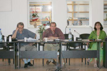 Thierry Wolton în timpul unei conferințe la Școala de Vară de la Sighet (în imagine alături de Romulus Rusan și Ana Blandiana)