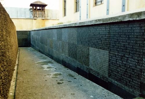 Spaţiul de reculegere şi rugăciune. Pe pereţii exteriori ai Spaţiului de Reculegere şi Rugăciune sunt inscripţionate în piatră numele celor care au murit în închisori, în lagăre şi în deportare în timpul regimului comunist din România