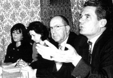 Conferinţa de presă susţinută de Joachim Gacuk în timpul vizitei sale la Bucureşti în 1997, la invitaţia Fundaţiei Academia Civică