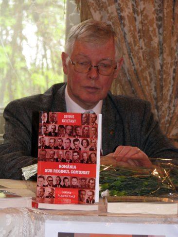 Profesorul Dennis Deletant la lansarea cărții România în timpul regimului comunist, editată de CISAC