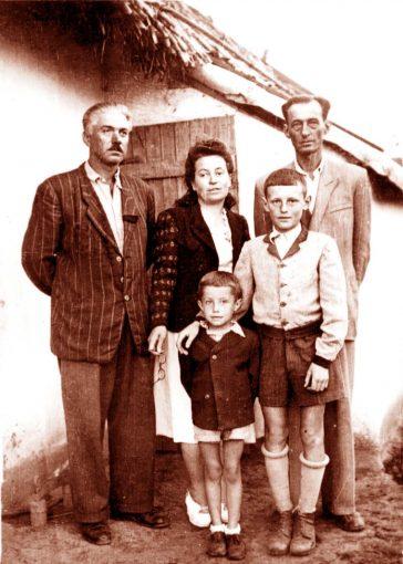 Familia Spijavca, in fata casei lor din Baragan