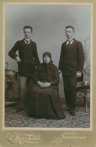 Ion st si Alexandru dr Lapedatu cu bunica din partea mamei-800