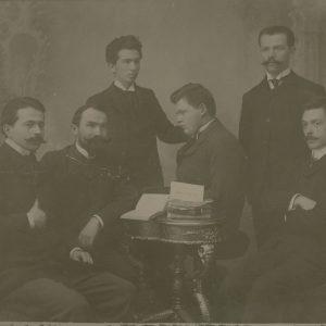 Sus: A. Lapedatu, Vasile Pârvan, jos dreapta: Ion Scurtu, Ilarie Chendi, M. Sadoveanu, Șt. O. Iosif, 1905,
