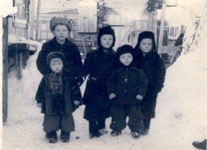 Copii în Siberia, fotografie preluată de pe site-ul http://romaniidinkazahstan.info/Deportari.asp