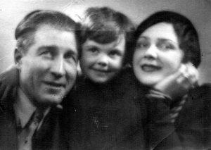 Ilie Lazar cu sotia, Mara  si fiica, Lia