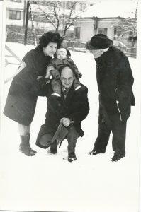 Cluj, anii 70 - Ilie Lazar alături de familie: Lia, fiică, Ion Andrei, nepot, Ion Gherasim, ginere