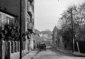 """Str. Lăzureanu, parțial demolată. Poate fi văzută și căruța unor """"recuperatori"""", care furau grliaje din fier forjat, uși, rame de ferestre, cahle de sobe, mobiler etc., 1980, Foto: Aurelian Stroe"""