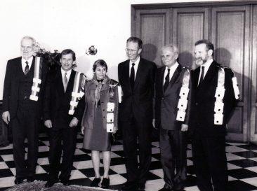 Decernarea titlului de Doctor Honoris Causa din partea Universităţii Libere din Bruxelles următorilor titulari: Bronislaw Geremek, Vacláv Havel, Doina Cornea, Arpad Göncz, Andrei Jablokov, 1990. Laureaţii fotografiaţi împreună cu regele Baudouin al Belgiei la festivitatea de decernare a titlului