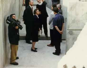 Majestățile Lor Regele Mihai și Regina Ana  vizitând Spațiul de Reculegere și Rugăciune din curtea interioară a Memorialului Sighet
