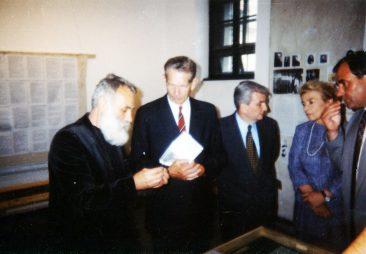 Ștefan Câlțea și Nicolae Noica prezentând MS Regele Mihai expozițiile temporare de la Memorialul Sighet